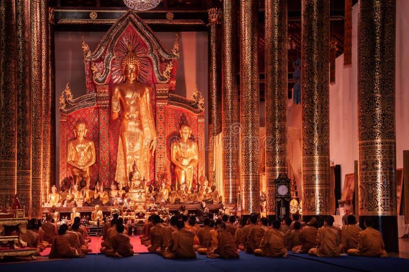 修士在Wat Chedi Luang寺庙,古老兰纳曲拱祈祷 免版税库存图片