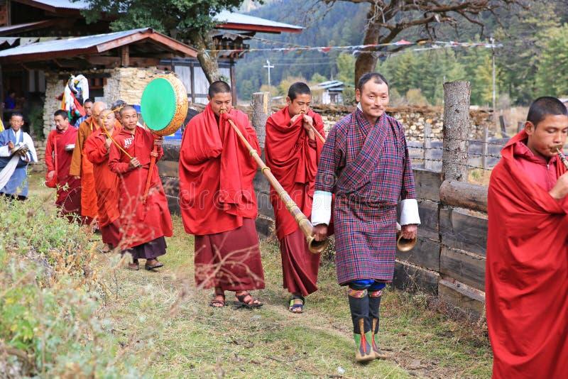 修士敲打打鼓和在不丹` s牦牛节日的戏剧垫铁 库存照片