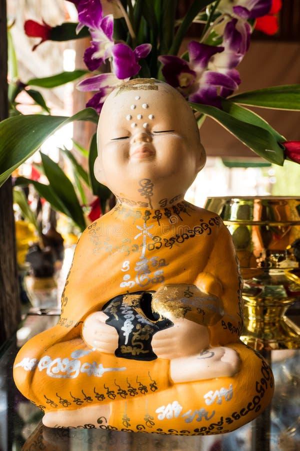 修士玩偶举行碗 免版税图库摄影