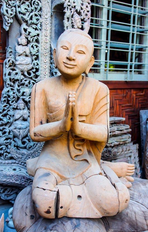 修士被雕刻的图象木头,缅甸 免版税库存照片