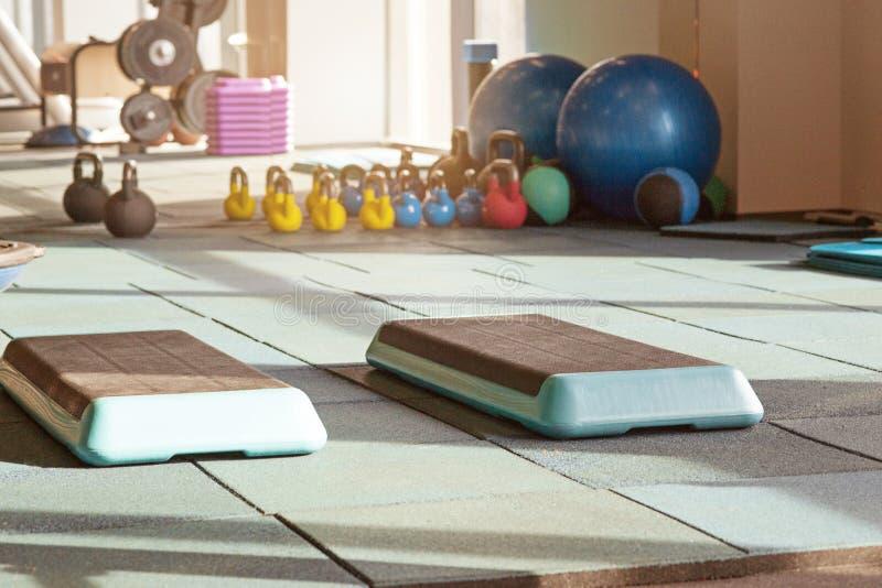 修复健身房内部,与equiment :球,席子,步 库存照片