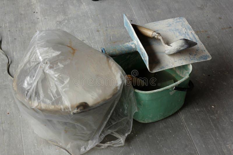 修平刀膏药在地板被安置 免版税库存图片