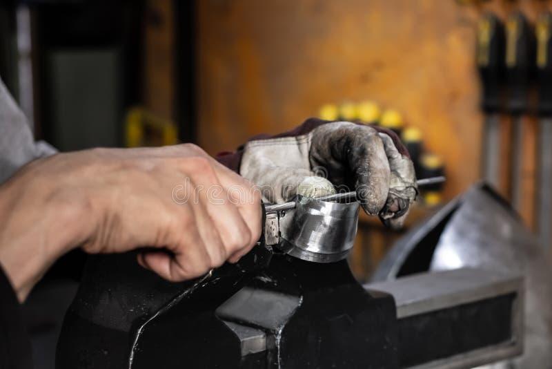 修建或修理金属的男性金属工作者assem 免版税库存图片