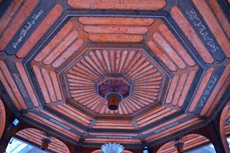修建萨拉热窝的建筑学 在老喷泉大厦的屋顶装饰 库存照片