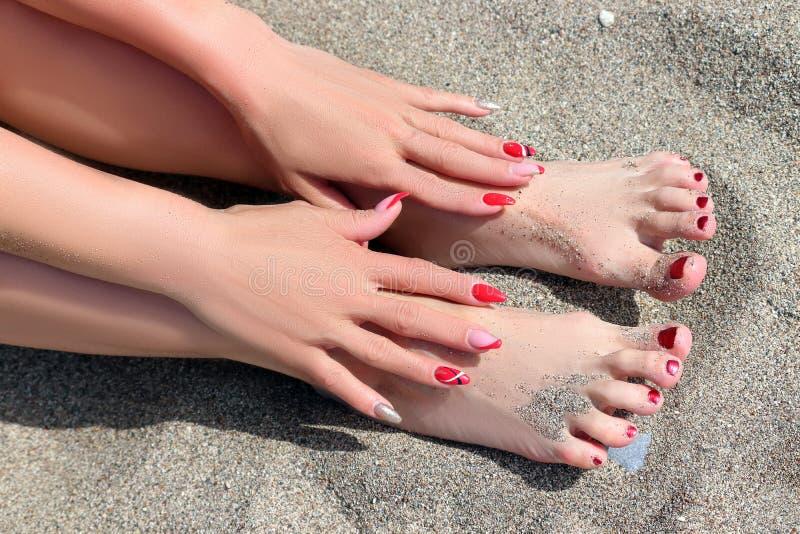 修指甲和修脚在海滩 免版税库存照片