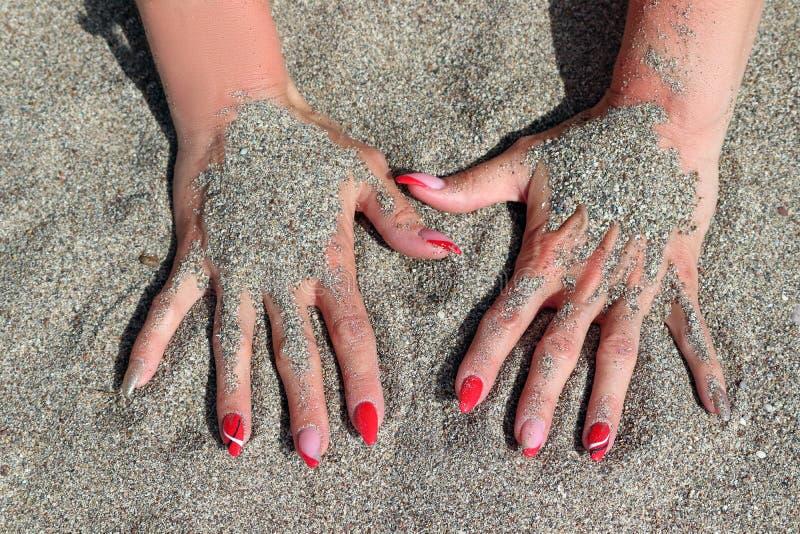 修指甲和修脚在海滩 库存照片