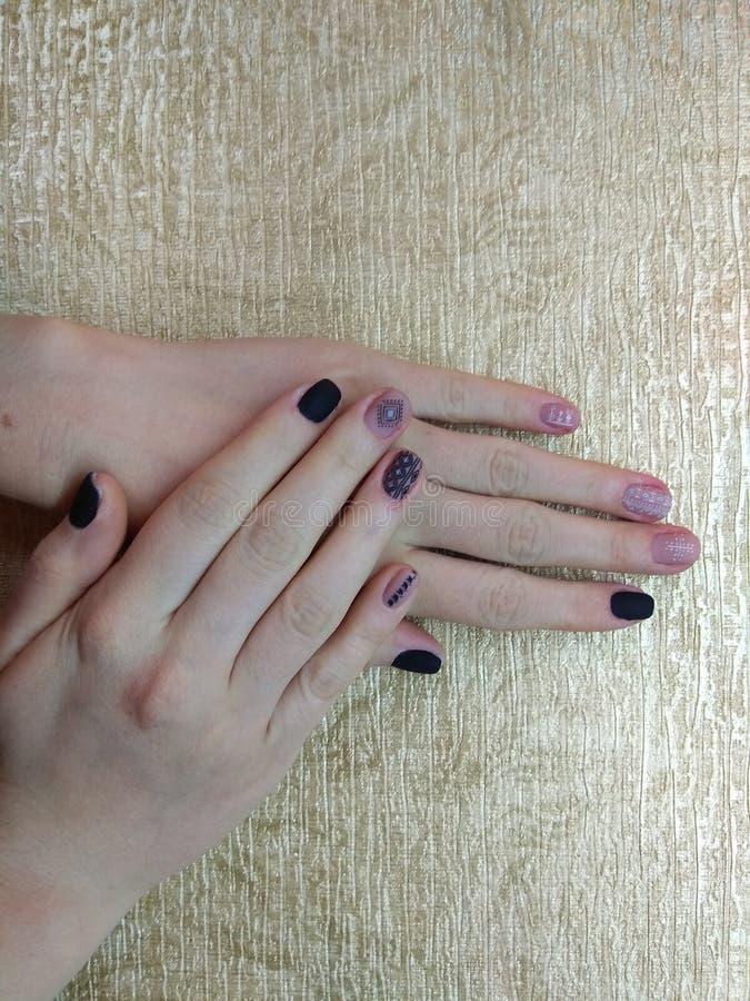 修指甲师在她的手优秀地做了她的工作与一个波兰胶凝体的美好的修指甲,并且客户是愉快的 库存图片