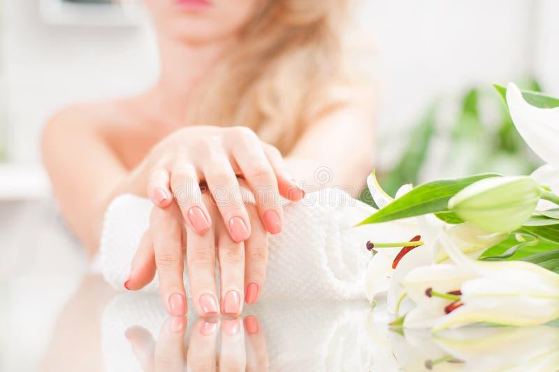 修指甲概念 美好的woman& x27; 有完善的修指甲的s手在美容院 免版税图库摄影