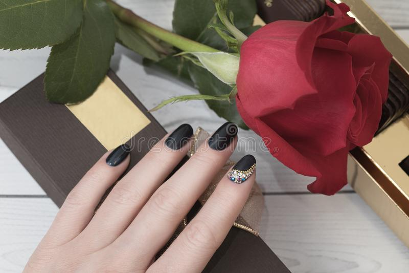 修指甲钉子油漆 有五颜六色的钉子的a美好的女性手 免版税图库摄影