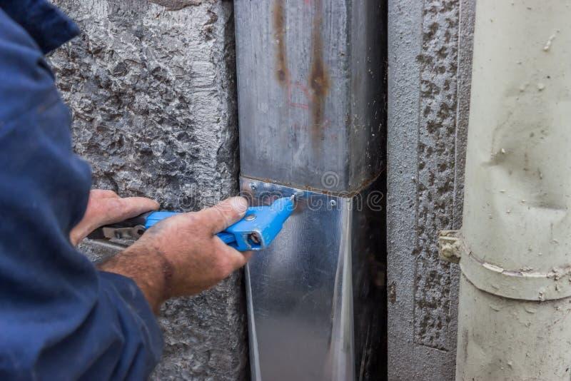 修理一个漏的天沟水落管2 免版税库存图片