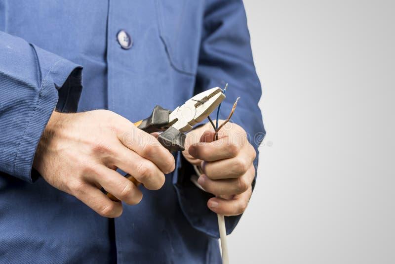 修理一个电缆的电工 免版税图库摄影