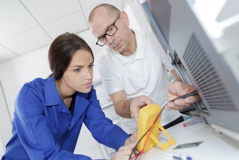 修理一台电子加热器 图库摄影