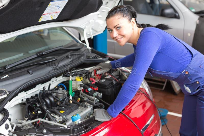修理在车间或车库的技工一辆汽车 免版税图库摄影