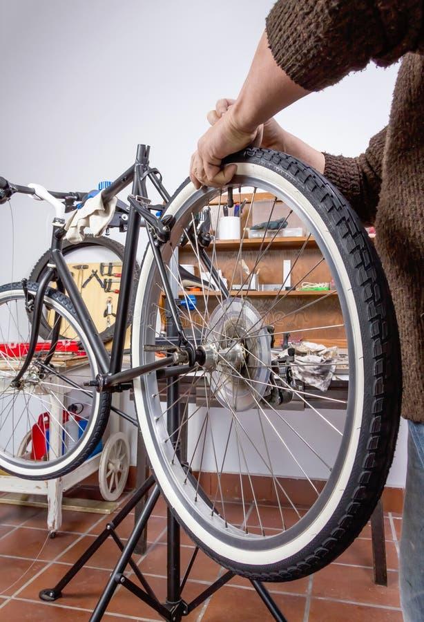 修理习惯fixie自行车的真正的自行车技工 库存图片