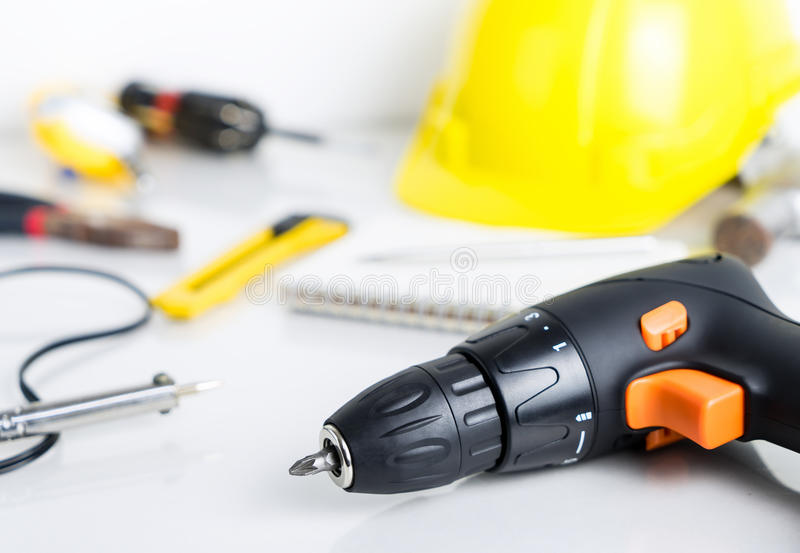 修理人,在白色背景的建筑工人工具 免版税库存图片