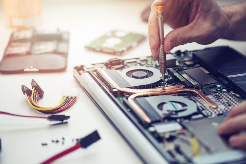 修理便携式计算机的技术员 免版税库存照片