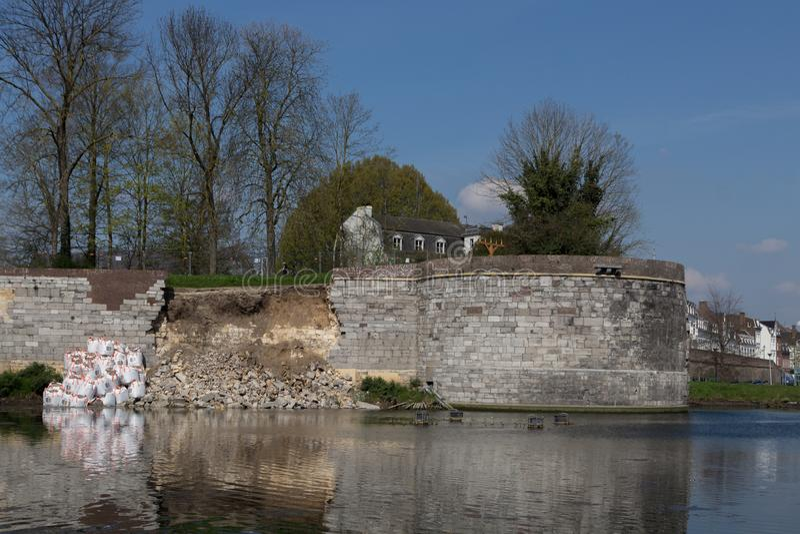修理倒塌的城市墙壁在街市马斯特里赫特 免版税图库摄影
