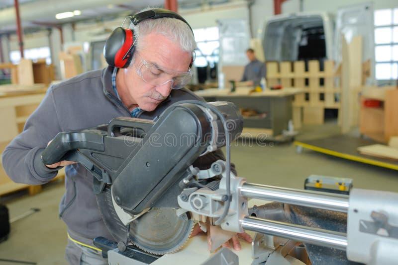 修理农业机械的高级技术员 图库摄影