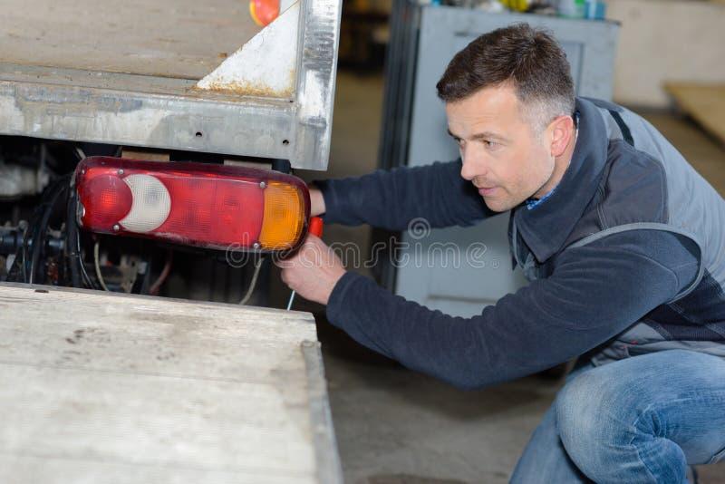 修理卡车的专业技工 免版税库存图片