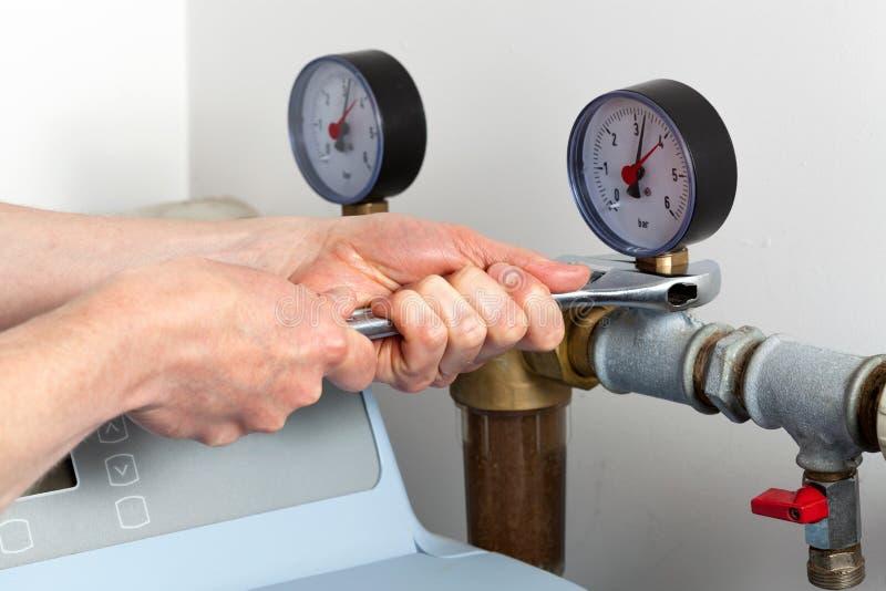 修理压力表的人手 免版税图库摄影