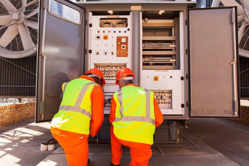 修理变压器的电工 免版税图库摄影