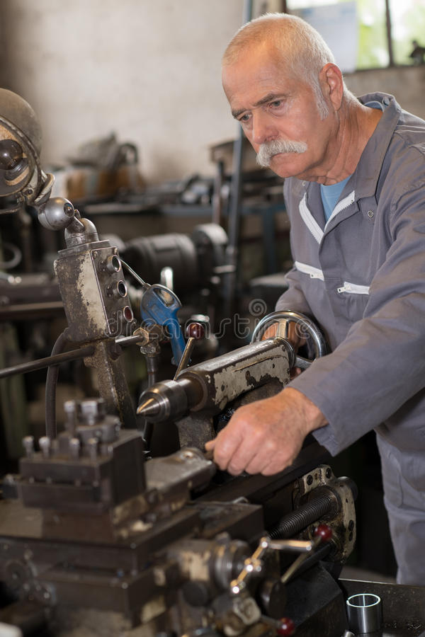 修理和检查引擎的高级技术员 图库摄影