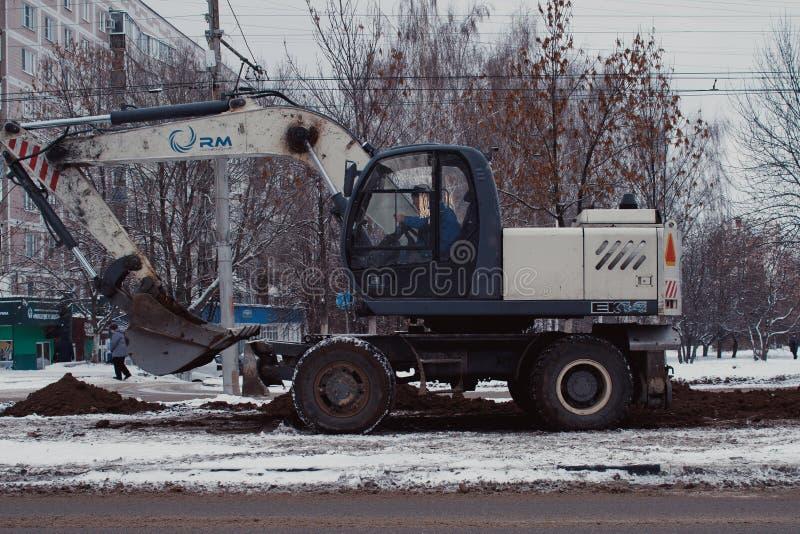 修理和维护在一个铁路线旁边的电子基础设施困难和危险工作  库存图片