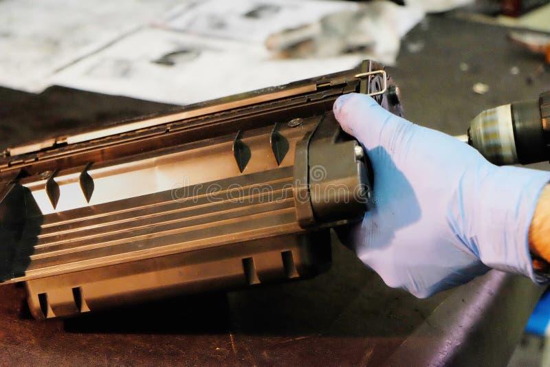 修理和重新装满激光弹药筒 免版税库存图片