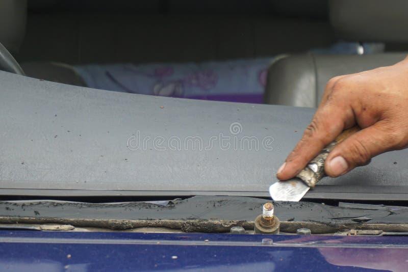 修理固定高明的打破的挡风玻璃,挡风玻璃的玻璃剪裁工 库存图片
