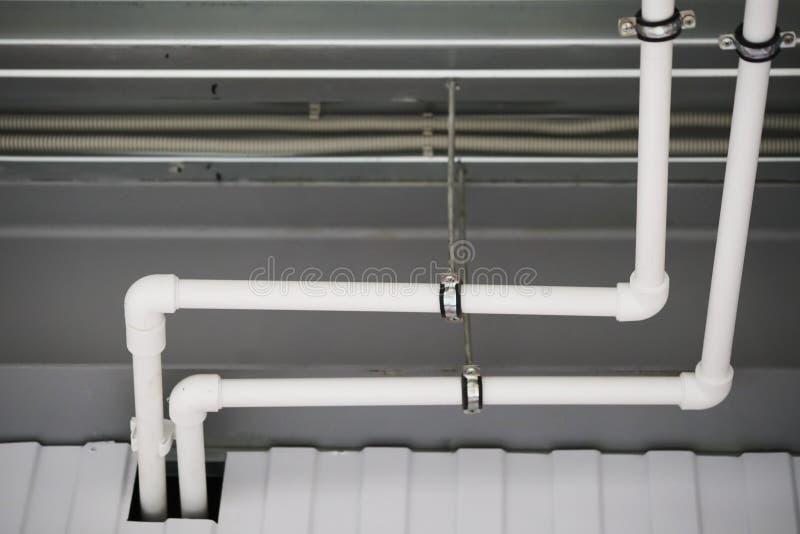 修理在天花板下的管子 库存图片