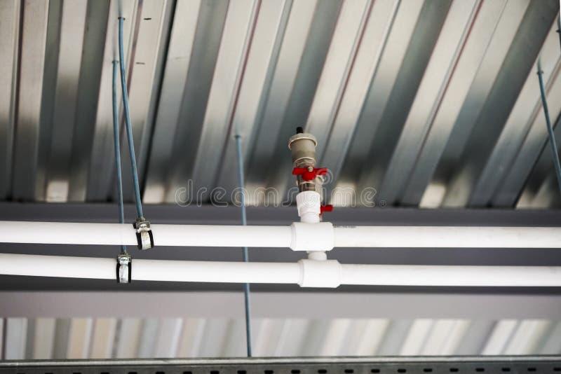 修理在天花板下的管子 免版税库存照片