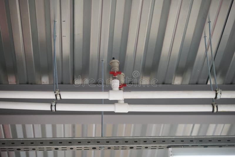 修理在天花板下的管子 免版税图库摄影