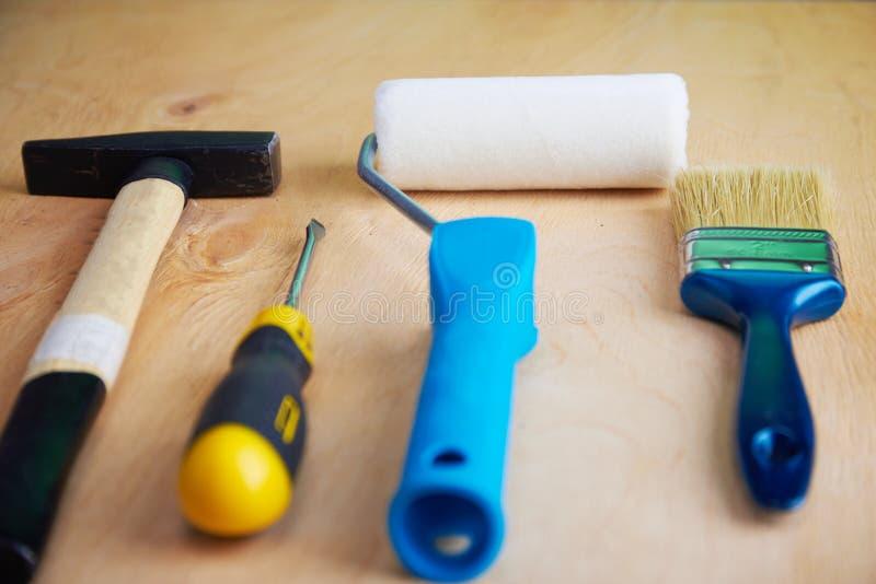 修理在木背景的工具 免版税库存图片