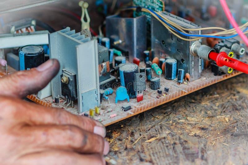 修理在老电视维修车间的电工电视 库存照片