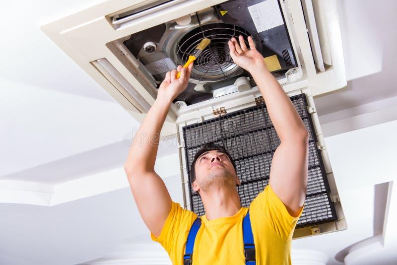 修理天花板空调装置的安装工 库存图片