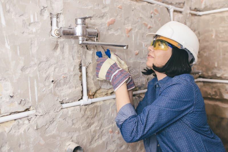 修理她的卫生间的妇女 免版税图库摄影
