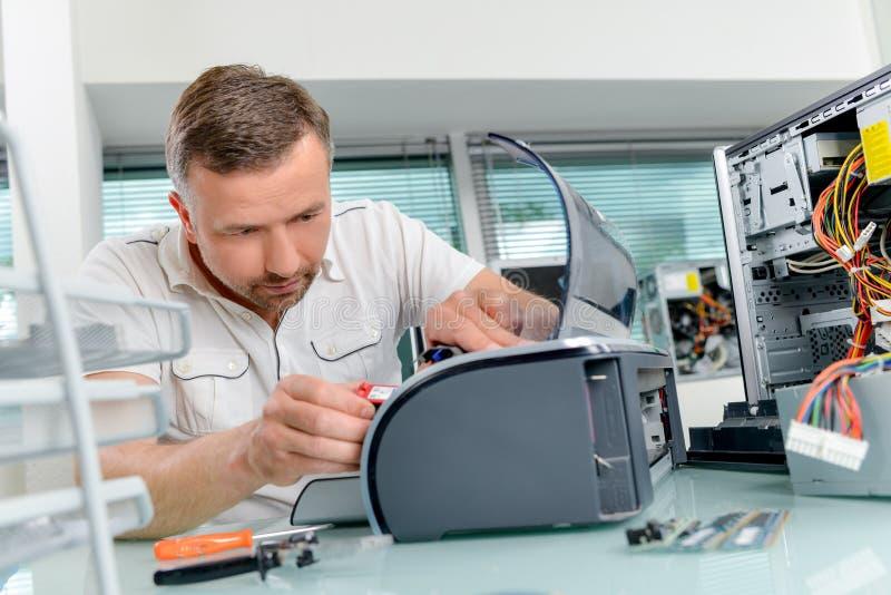 修理打印机的人 免版税图库摄影