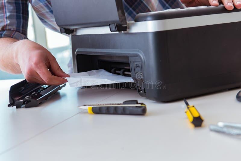 修理打破的彩色打印机的安装工 免版税库存照片