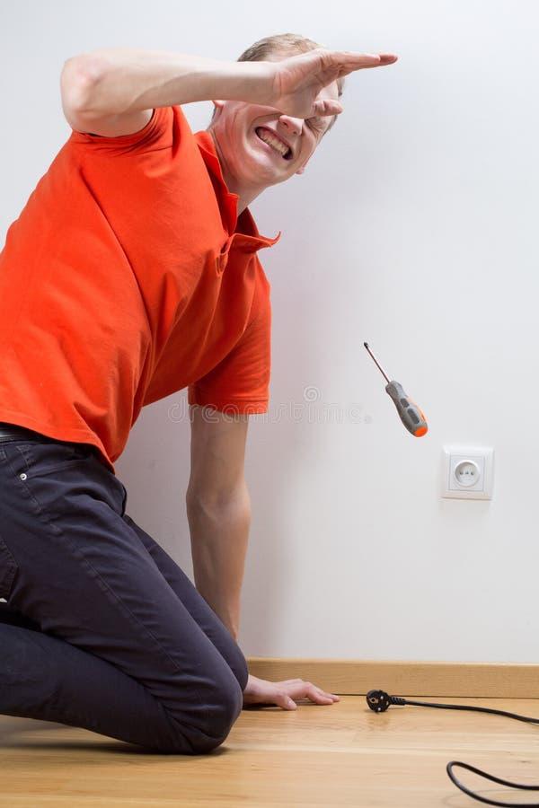 修理插口的被触电致死的人 库存照片