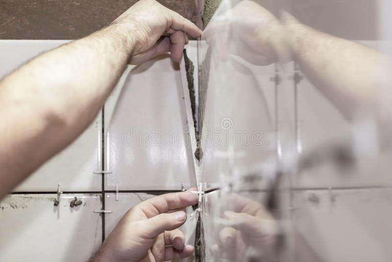 修理放置瓦片的工作在墙壁 免版税库存图片