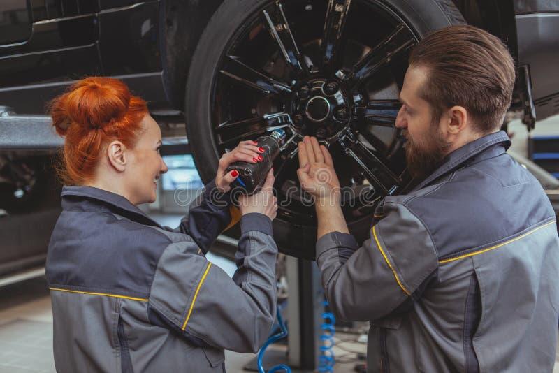 修理汽车的两位技工 免版税库存图片