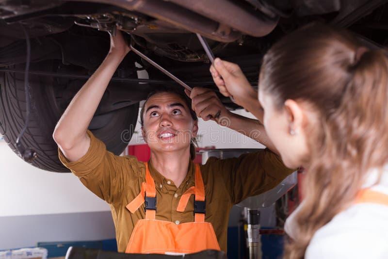 修理汽车的两位技工 库存图片