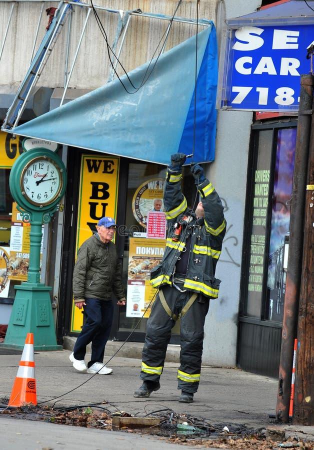 修理电线的消防员在布鲁克林 免版税库存照片