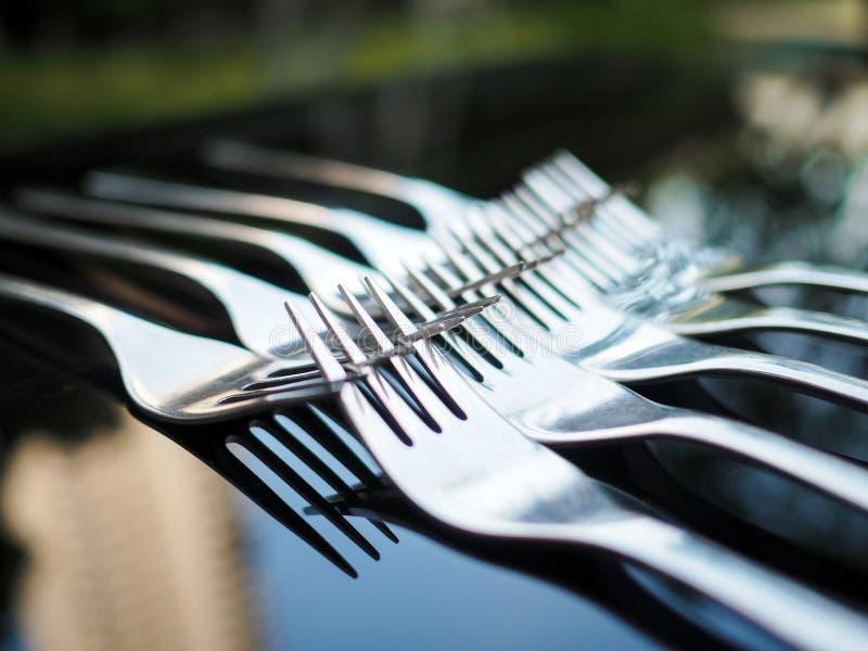 修理的匙子的安排在桌,交换的镜子上的反射和 免版税库存图片