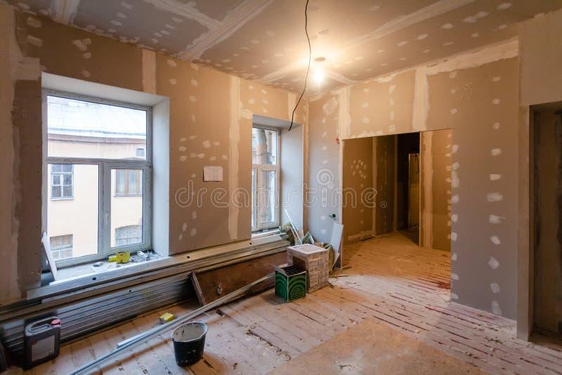 修理的材料在公寓是建设中,改造,重建和整修 图库摄影