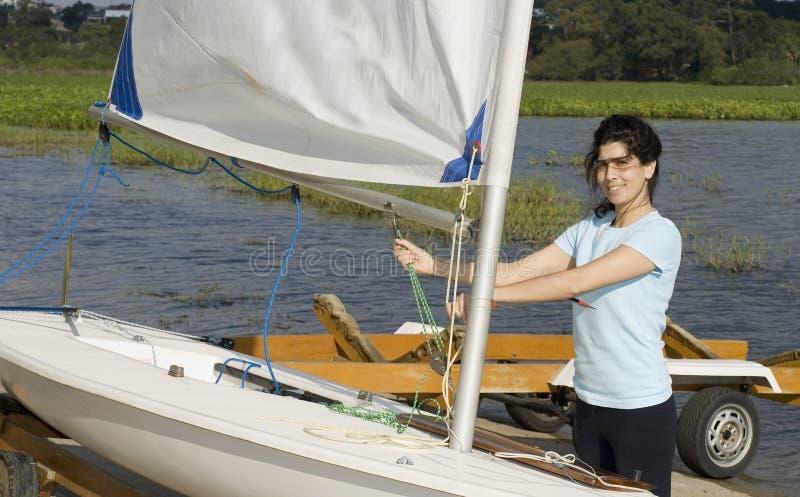 修理的水平的绳索风船妇女 免版税图库摄影
