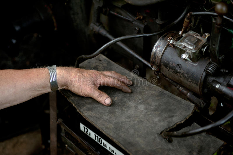 修理老设备的人 免版税库存照片