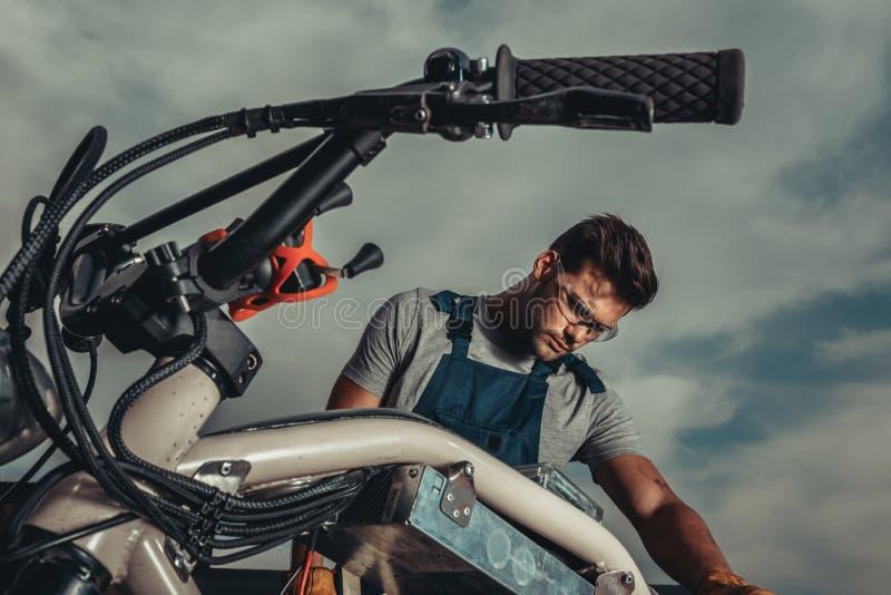 修理葡萄酒摩托车身分的风镜的安装工 图库摄影