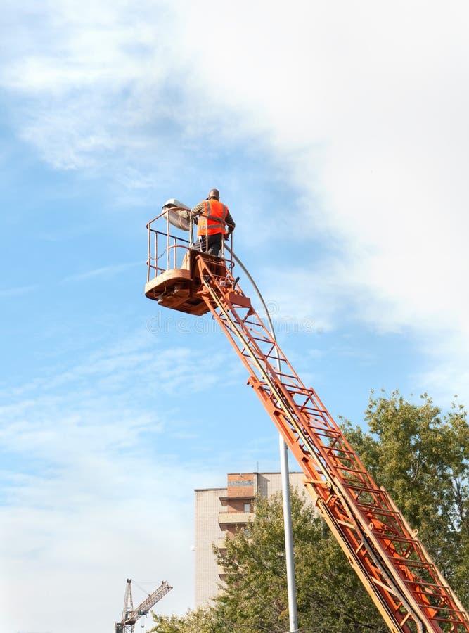 修理街灯的电工 免版税图库摄影
