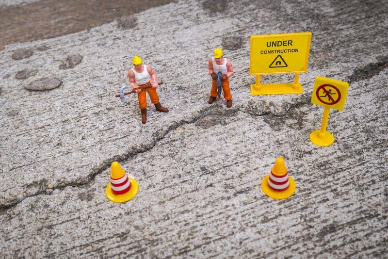 修理街道的维护队崩裂了,微型图 图库摄影